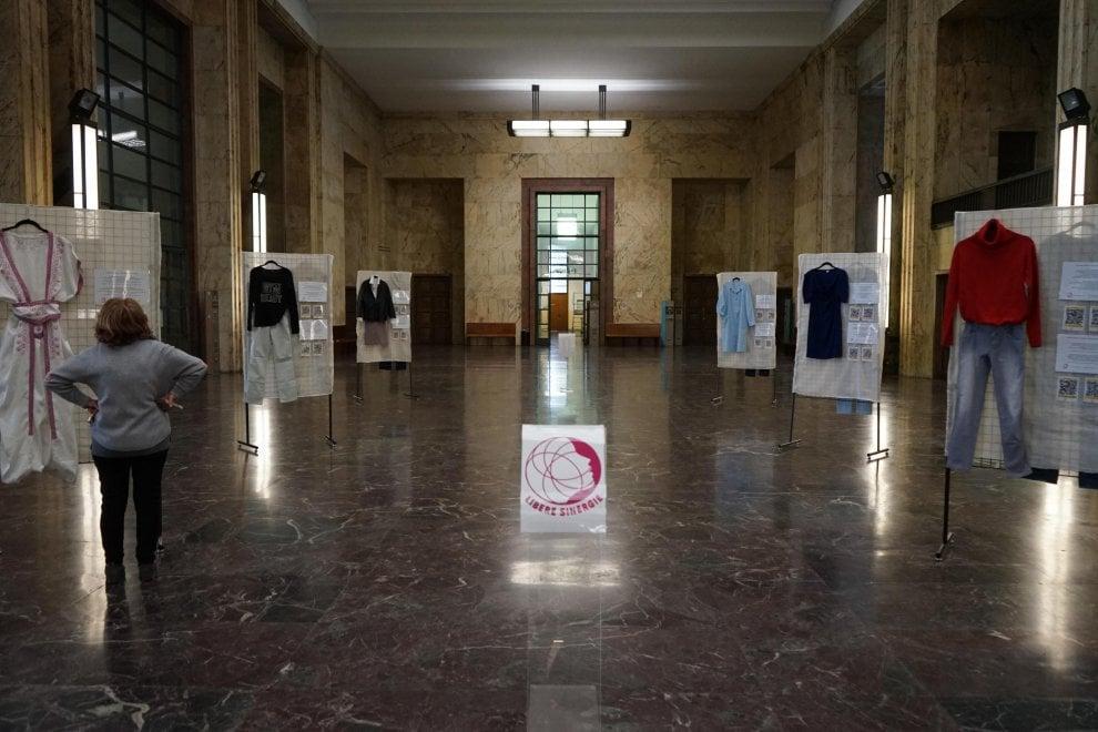 """""""Com'eri vestita?"""": in mostra a Milano gli abiti delle donne vittime di violenza"""