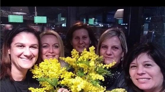 Festa della donna, Eros Ramazzotti regala 10mila mimose alle sue fan prima del concerto a Milano