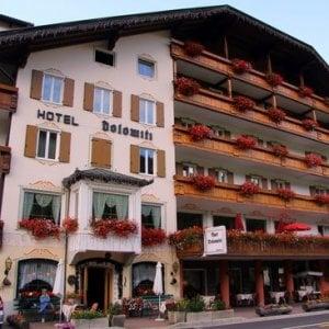 Varese, studente in gita con i compagni di scuola precipita dal balcone dell'hotel: gravissimo