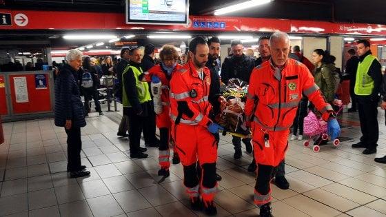 Feriti nel metrò a Milano: indaga la Procura, sigilli ai vagoni. Atm al lavoro per calibrare le frenate