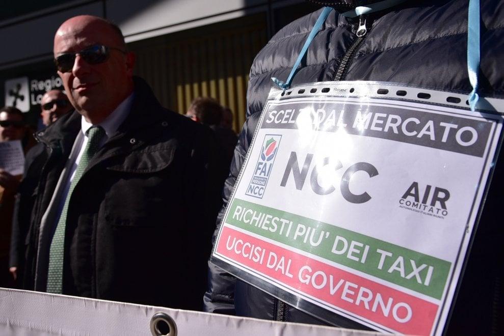 """Milano, la protesta degli autisti Ncc: """"Avete ucciso il nostro lavoro, dateci il reddito di cittadinanza"""""""