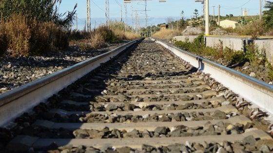 Attraversa i binari e cade, macchinista ferma il treno in tempo