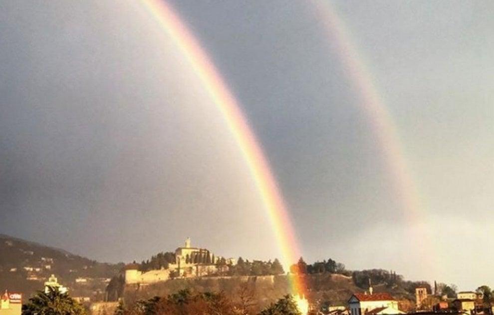 Il doppio arcobaleno dopo la tempesta: gli scatti del cielo di Brescia su Instagram