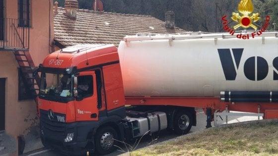 La strada è una strettoia: il camion resta incastrato, intervengono i pompieri con la gru
