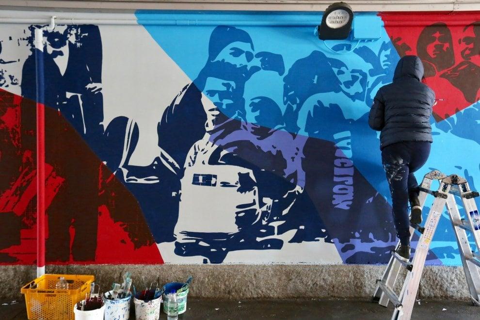 Un nuovo murale dedicato all'immigrazione, artisti al lavoro nel quartiere Ortica