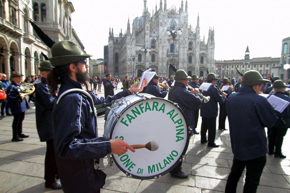 La fanfara degli alpini in piazza Duomo: prove generali della festa del centenario