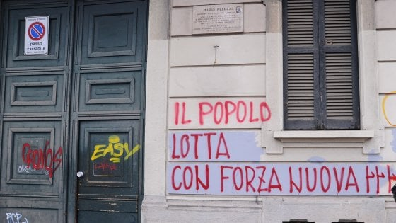 """Forza Nuova, fasci littori e scritte sul palazzo con la targa per i partigiani. Anpi: """"E' ora di intervenire"""""""