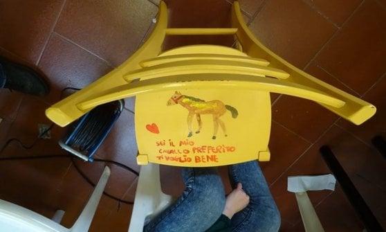 """""""Segni e sogni"""": le sedie rotte diventano opere d'arte dei ragazzi disabili di Pavia"""