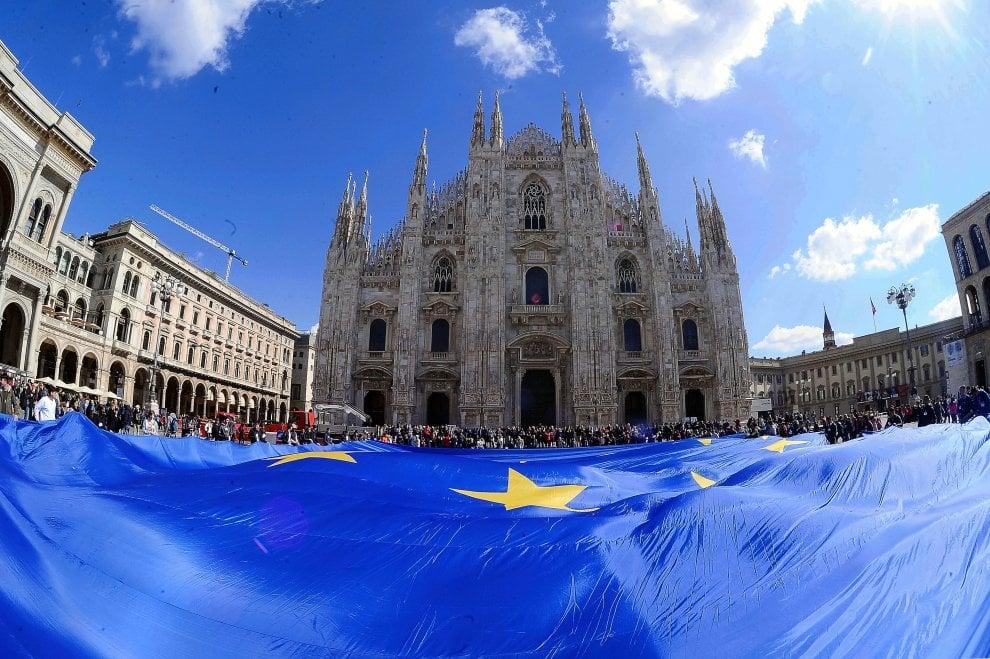 Maxi bandiera dell'Europa in piazza Duomo, festa con gli studenti e l'arcivescovo