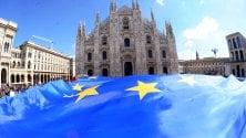 Maxi bandiera dell'Ue festa con gli studenti  e l'arcivescovo