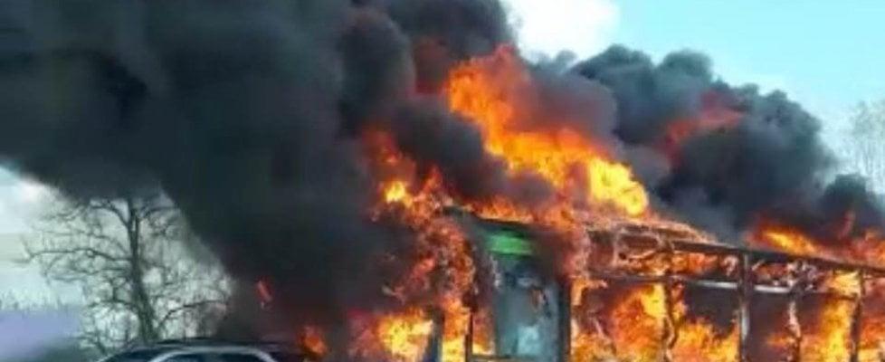 """Milano, autista blocca bus pieno di studenti e appicca il fuoco. """"Urlava: Da qui non esce vivo nessuno"""""""