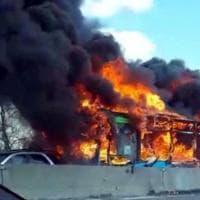 Scuolabus in fiamme nel milanese: l'intervento dei vigili del fuoco e dei carabinieri
