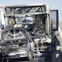 """Dà fuoco allo scuolabus nel milanese, la Lega attacca: """"Autista aveva precedenti penali,..."""