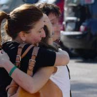 Milano, autista dà fuoco a scuolabus: gli studenti riabbracciano i genitori