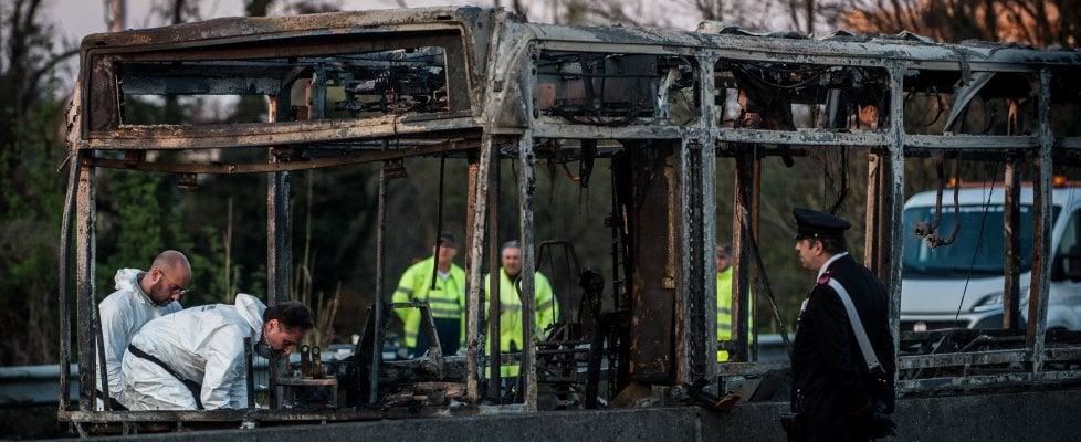 """Milano, autista blocca bus di studenti e appicca il fuoco: accusa di strage e terrorismo. """"Gesto premeditato per i migranti morti"""""""
