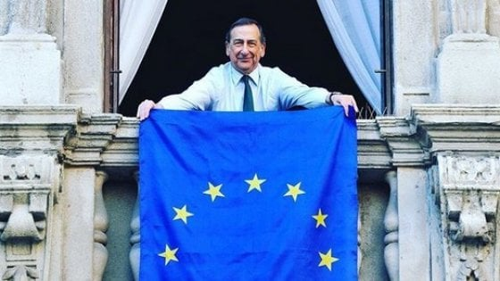La bandiera dell'Europa sui balconi: Milano accoglie l'invito di Romano Prodi