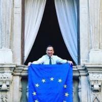 La bandiera dell'Europa sui balconi: Milano accoglie l'invito di Romano