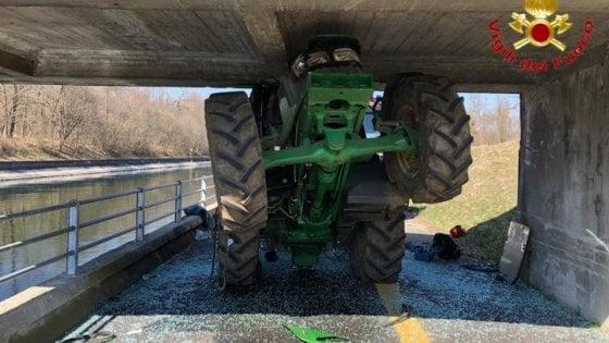 Calcola male lo spazio e resta incastrato con il trattore sotto un ponte: ferito 82enne nel varesotto