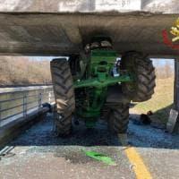 Calcola male lo spazio e resta incastrato con il trattore sotto un ponte: