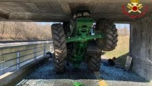 Sbaglia i calcoli e resta incastrato con il trattore sotto un ponte