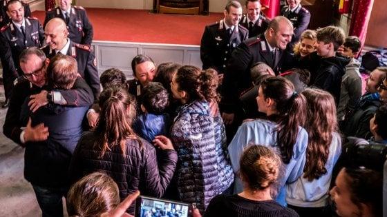 """Scuolabus incendiato a Milano, l'abbraccio dei carabinieri ai ragazzi salvati: """"Siete stati straordinari"""""""