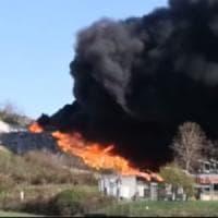 Incendio in discarica a Mariano Comense, il vento propaga le fiamme. Il sindaco: