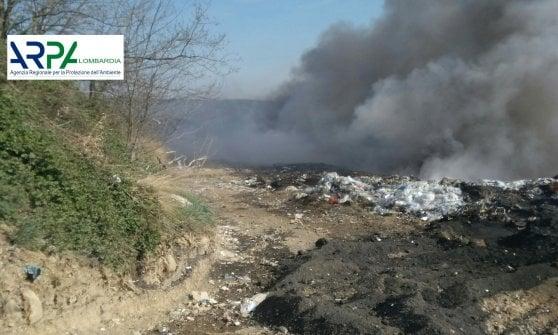 """Incendio in discarica a Mariano Comense, il vento propaga le fiamme. Il sindaco: """"Chiudete le finestre"""""""
