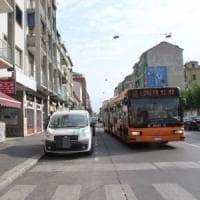 Milano, infastidisce passeggeri su autobus: denunciato