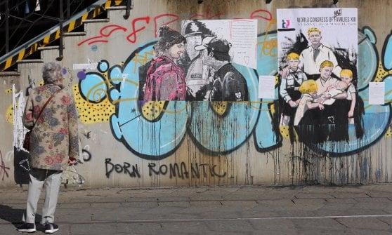 Milano, il blitz della street artist Cristina Donati Meyer contro il meeting mondiale delle famiglie