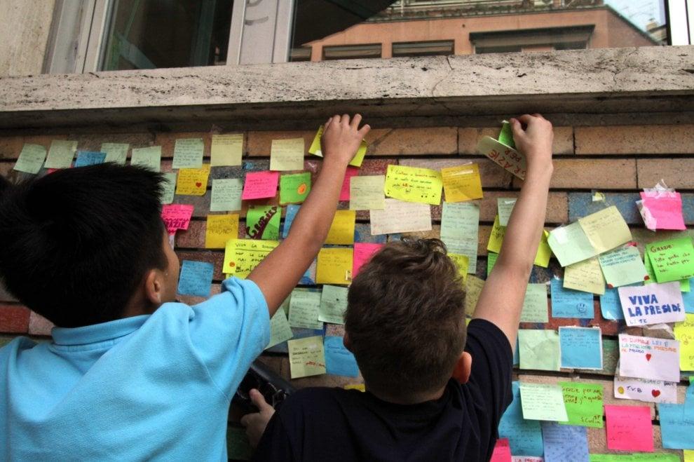 Post-it con messaggi d'affetto per la preside dopo gli insulti: l'iniziativa degli studenti