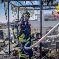 Incendio a Pioltello, brucia il tetto di un palazzo: l'intervento dei vigili del fuoco