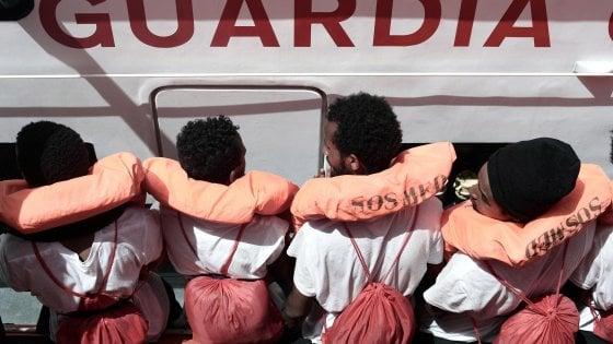 """Lega, zone rosse anti-migranti vicino a scuole e stazioni nel Lecchese. È polemica: """"Persone come slot machine"""""""