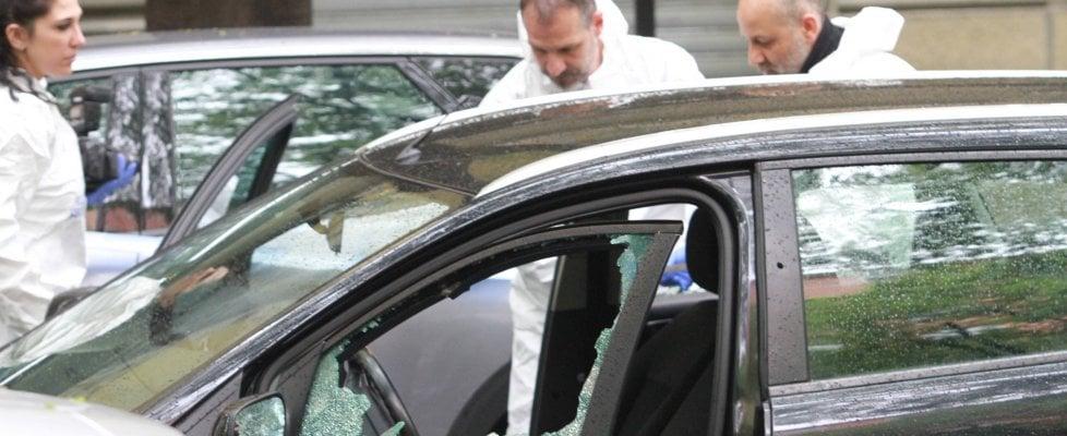 """Agguato in centro a Milano: sicari in scooter sparano alla testa a un 46enne in auto. """"Volevano uccidere"""""""