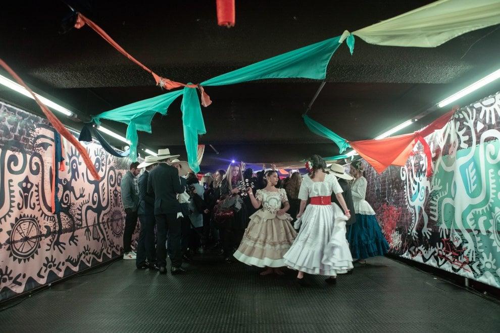 Milano, concerto a sorpresa dei Måneskin: lo show nel metrò Palestro