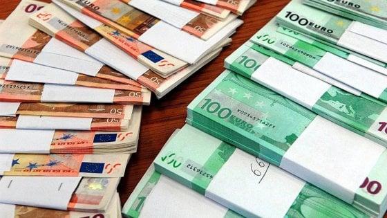 Vende due orologi del valore di 190mila euro ma lo pagano con banconote false