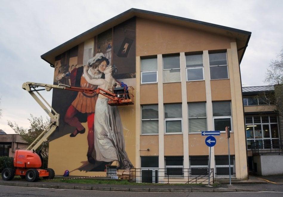 """""""L'ultimo bacio di Romeo e Giulietta"""": l'opera dello street artist varesino Andrea Ravo Mattoni"""