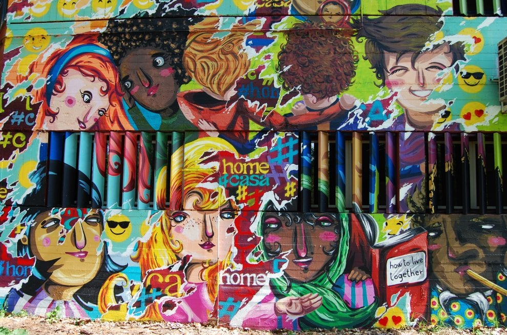Milano, un murale per l'inclusione e la diversità: lo street artist Sonda dipinge con i ragazzi