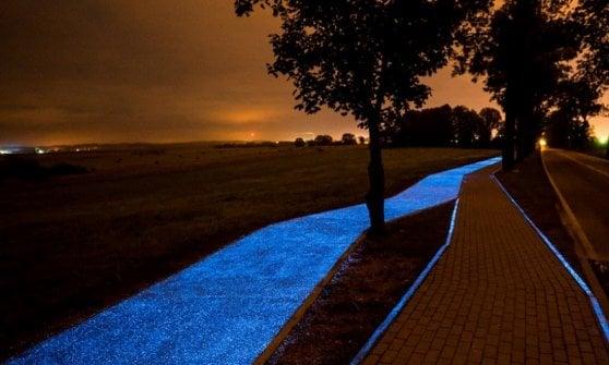 Pavia, l'asfalto assorbe la luce del sole e si  illumina di notte: la ciclabile è blu fluo