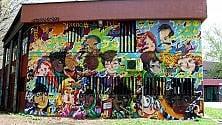 Un murale per l'inclusione: lo street artist dipinge coi ragazzi