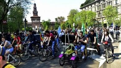 In bicicletta per #FridaysForFuture  contro i cambiamenti climatici  foto