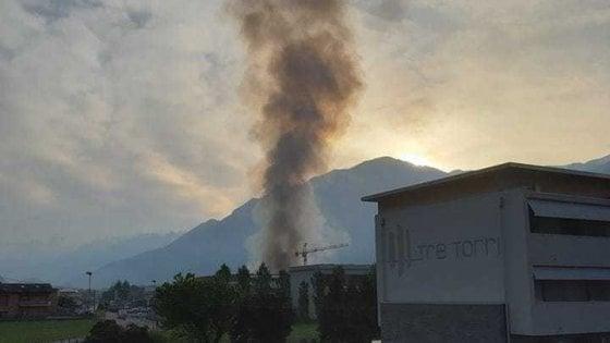 """Incendio semidistrugge azienda di trattamento rifiuti nella Bergamasca, il sindaco: """"Tenete chiuse le finestre"""""""