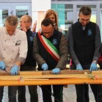 Il salame dei record per Pasquetta: trasporto eccezionale da Bergamo a Brescia