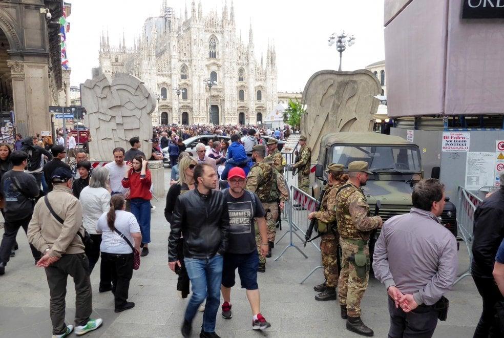 I turisti riempiono il centro di Milano per Pasqua, ma il lungo ponte svuota il resto della città