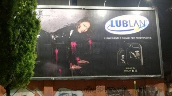 Pubblicità sessista a Milano, il collettivo Non una di Meno imbratta il cartellone di vernice rosa