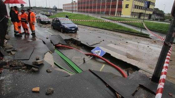 Milano, si rompe tubatura in via Savona: maxi voragine nell'asfalto