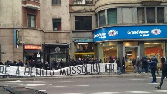 """""""Onore a Mussolini"""": a Milano lo striscione-oltraggio degli ultrà neofascisti alla vigilia del 25 Aprile"""