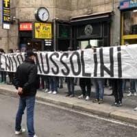 """Striscione per Mussolini a Milano, 9 denunciati. I pm: """"Indagini su curve ultrà""""...."""