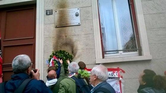 25 Aprile, bruciata corona ricordo per un partigiano a Milano. Ma l'Anpi la rimette