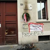 """""""Tranquillo partigiano Carlo, ci pensiamo noi"""": il quartiere rimette la corona bruciata a Milano"""