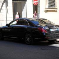 Milano, lascia il cellulare in carica in auto e glielo rubano: vittima la